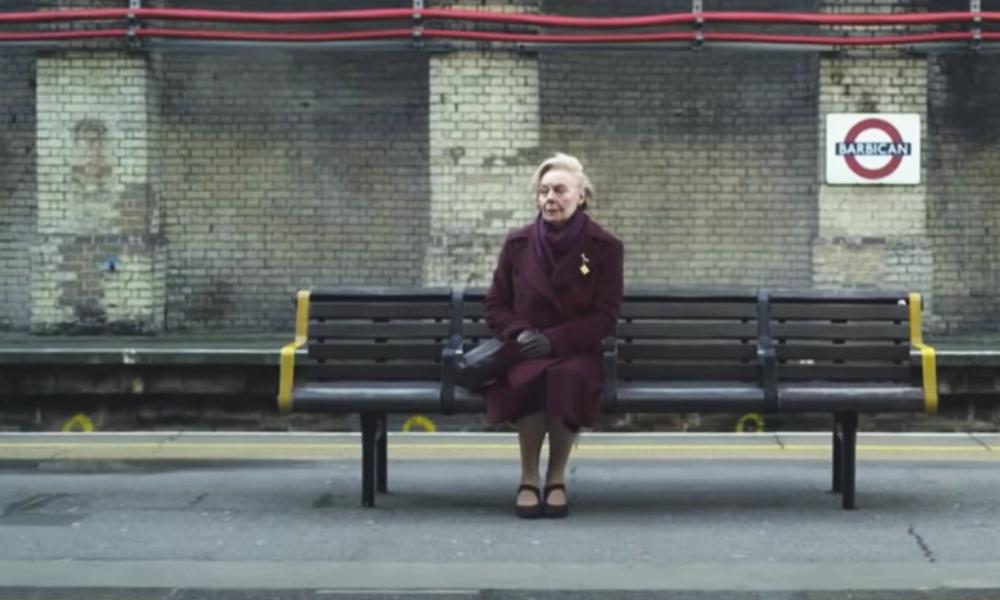 Tous les jours, elle attend le métro pour entendre la voix de son mari décédé