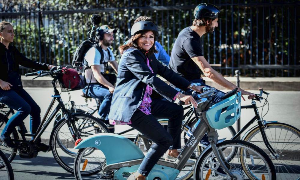 """Paris inaugure sa première """"vélorue"""", où cyclistes et piétons ont enfin la priorité"""