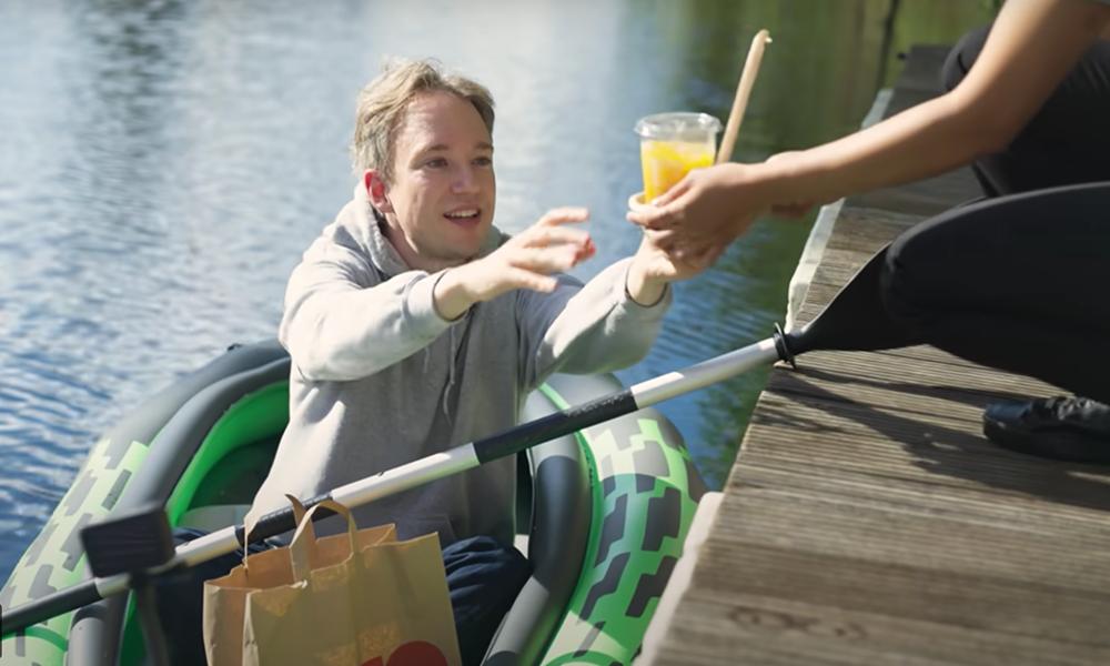 Pour manger dans ce McDo, il faut prendre un bateau et... ramer