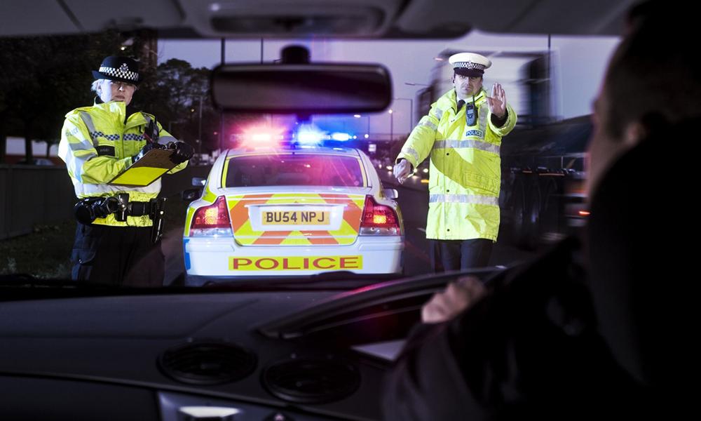 Contrôlé par des policiers qui le croient mort, le conducteur était juste... ivre mort