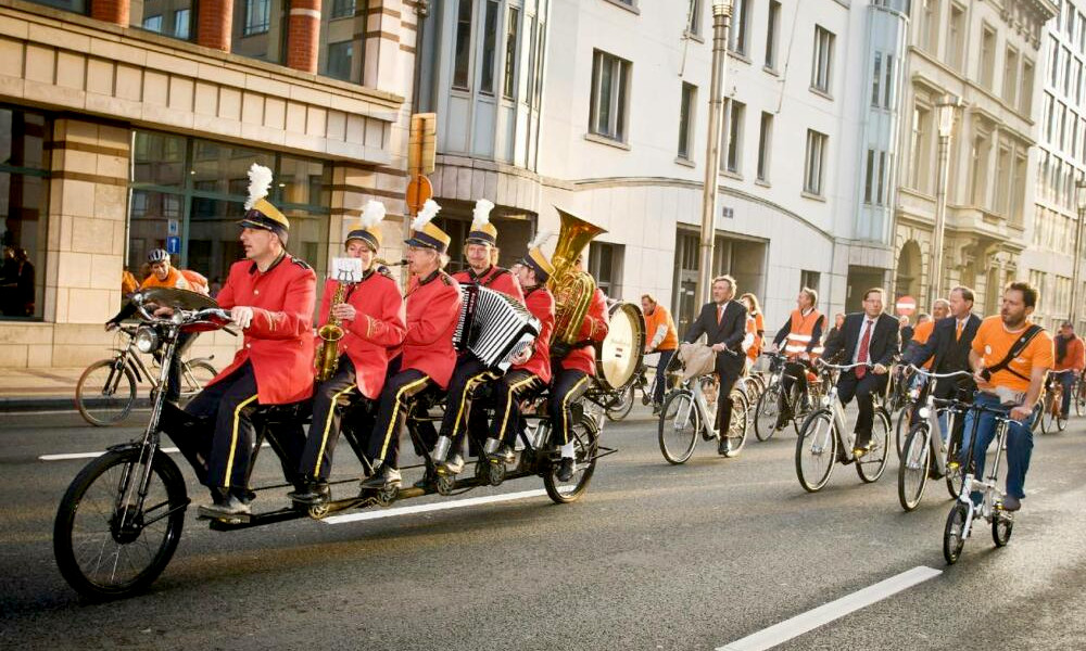 Pour égayer les pistes cyclables, cette fanfare joue ses concerts à vélo