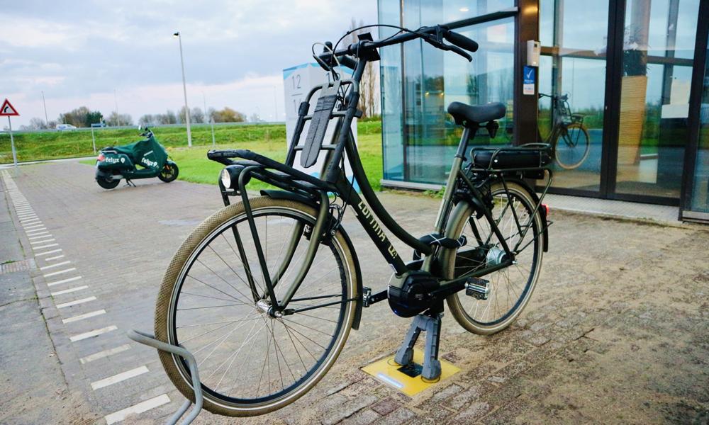 Adieu les prises : ce système recharge les vélos électriques par la béquille