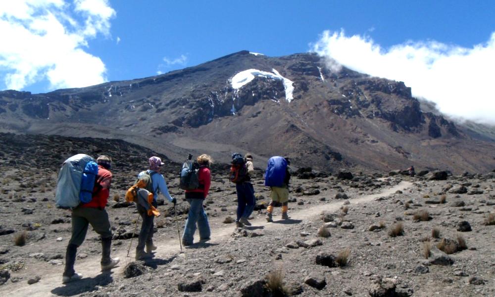 Atteint de sclérose en plaques, il gravit le Kilimandjaro avec un exosquelette